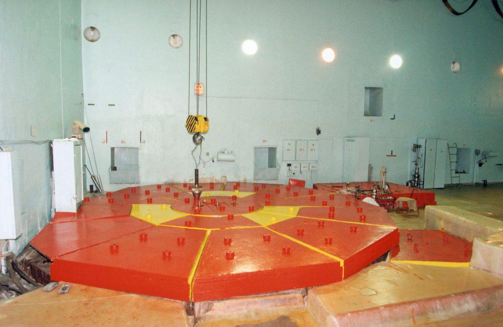 jaderná energie - Před 65 lety se rozběhl reaktor první jaderné elektrárny světa - Zprávy (Reaktorový sál reaktoru AM 1 kde je dnes muzeum) 2