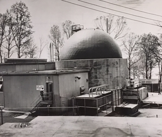 jaderná energie - Historická vojenská jaderná elektrárna SM-1 - Fotografie (SM1 external view press photo) 5
