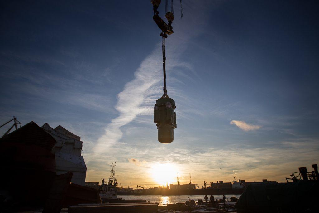 jaderná energie - Rosatom vybírá lokalitu pro demonstrační malý jaderný reaktor - Zprávy (Reaktor RITM 200 před montáží do šachty na palubě ledoborce Sibir projekt 22220) 1