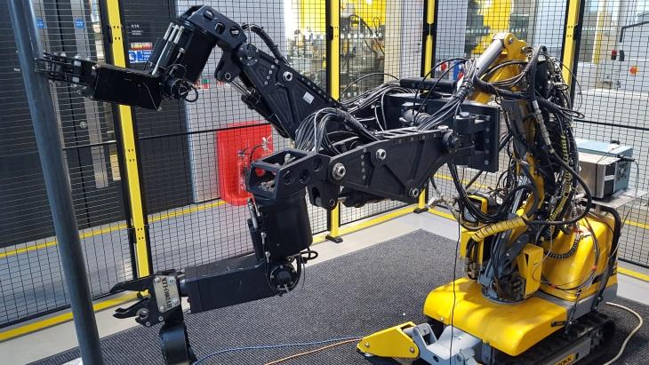 jaderná energie - Britští vývojáři vyvíjejí polo-automatické roboty - Zprávy (Robot with two manipulating arms grasping a pipe Lancaster University) 3