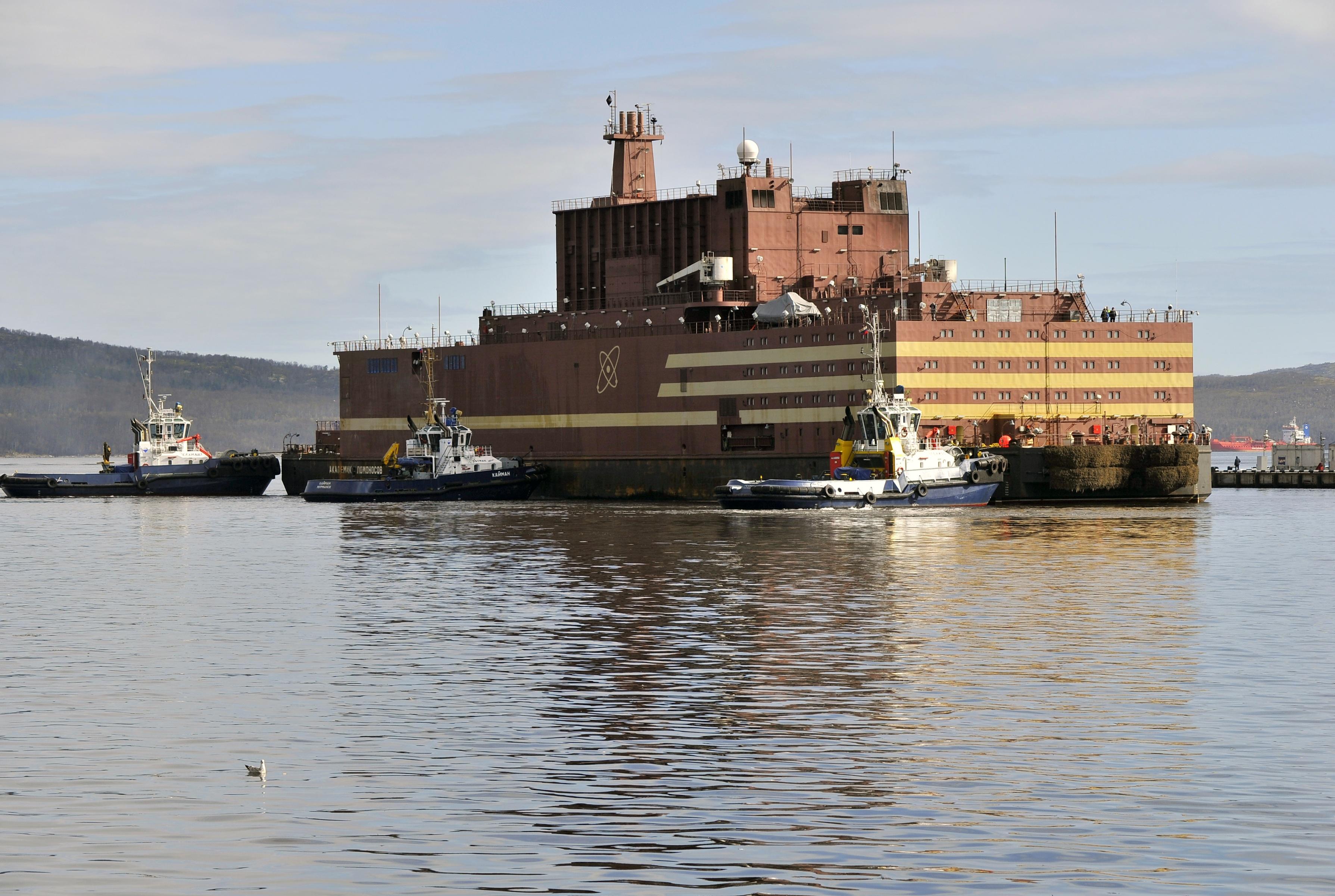 """První plovoucí jaderná elektrárna na světě """"Akademik Lomonosov"""" vyrazila z Murmansku do Peveku"""
