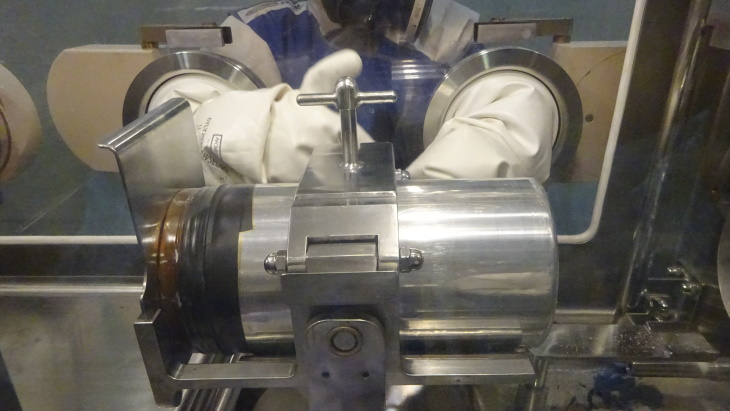 jaderná energie - V Sellafieldu byl spuštěn program výměny obalů sudů s plutoniem - Zprávy (PU repackaging process using a sealed glovebox August 2019 Sellafield) 1