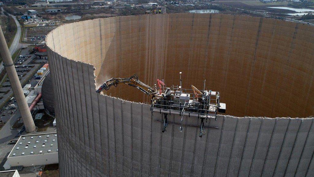 jaderná energie - Euro: Němci rozebírají 22 reaktorů. Na největším jaderném šrotišti světa vzniká nový byznys - Zprávy (5 elektrarna demolice) 1