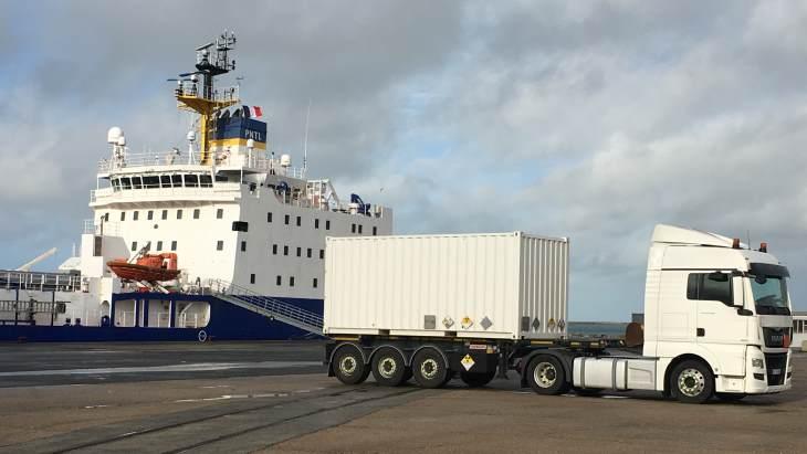 jaderná energie - Britské vzorky plutonia byly odeslány do Francie - Zprávy (Departure of of UK PuO2 from port of Cherbourg 26 November 2019 Orano) 1