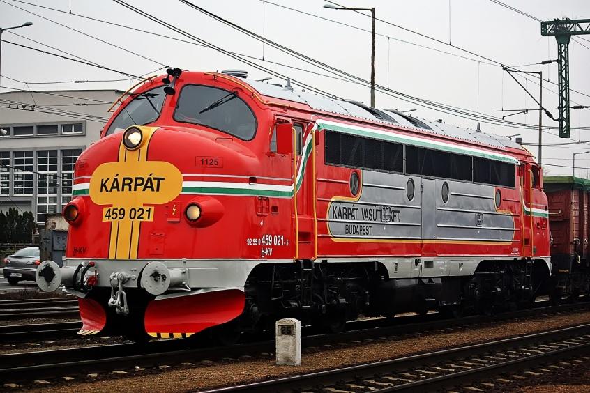 jaderná energie - Maďarsko se připravuje na výstavbu Pakse II, opravuje železniční trať - Zprávy (Lokomotiva řady M61 společnosti Kárpát Vasút Kft. která táhla vlaky se štěrkem do Pakse zdroj Kárpát Vasút) 2