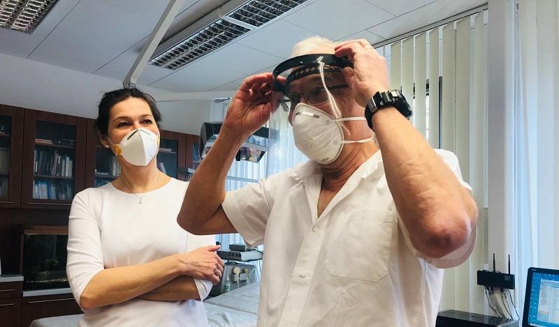 jaderná energie - vysocina-news.cz: Pracovníci z Jaderné elektrárny Dukovany vyrábí ochranné štíty pro lékaře - Zprávy (MUDr. Zdeňěk Bauer z EDU převzetí ochranného štítu) 3