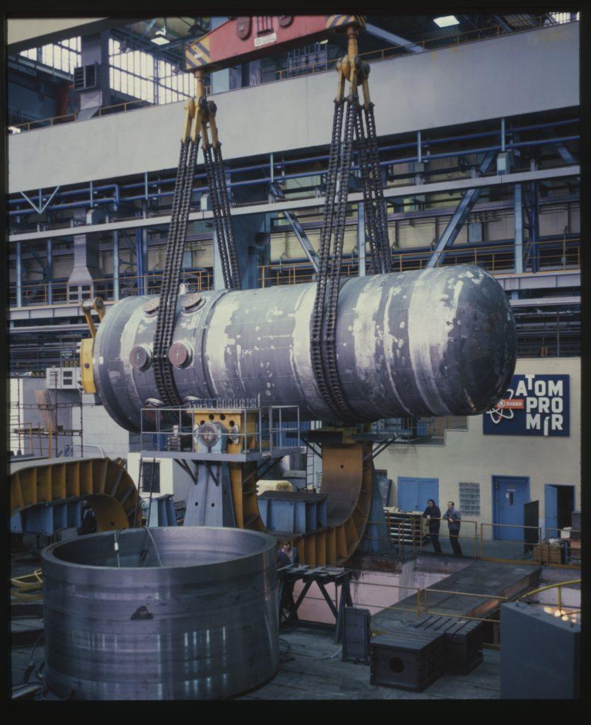 jaderná energie - Před 65 lety se rozběhl český jaderný průmysl - V Česku (Tlaková nádoba reaktoru VVER 440 na výrobní hale plzeňské Škody JS) 1