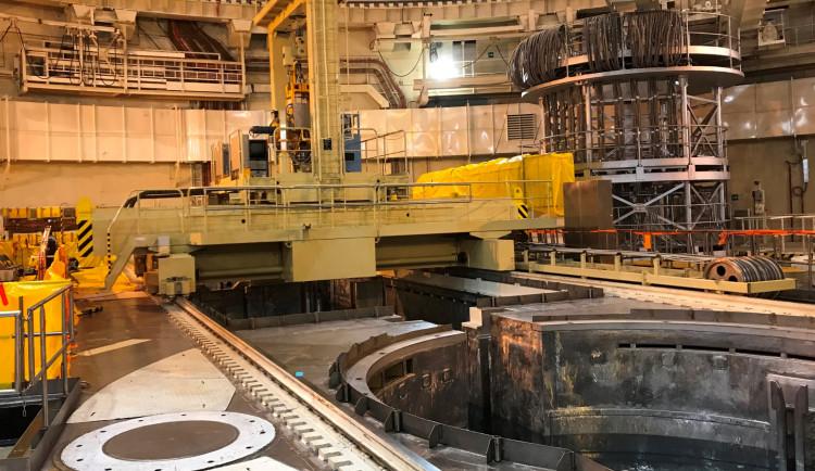 Budějovická drbna: V Temelíně začali zavážet palivo do reaktoru