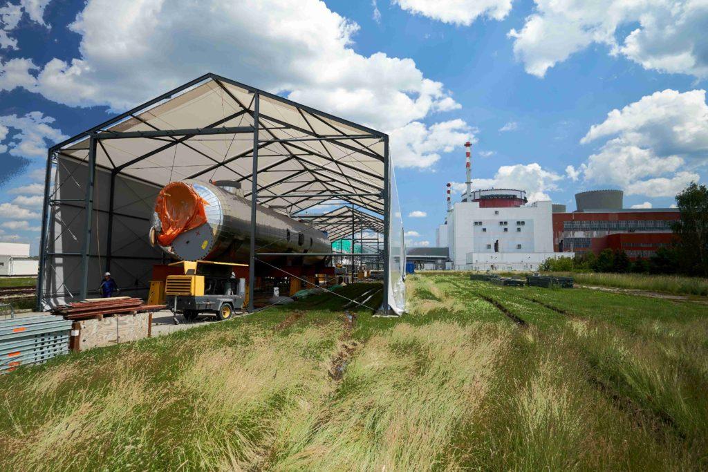 jaderná energie - Výměna separátorů v Temelíně  Klíčový přínos ŠKODA JS - Zprávy (Nové separátory připravené pro transport do strojovny v areálu JE Temelín 1) 1