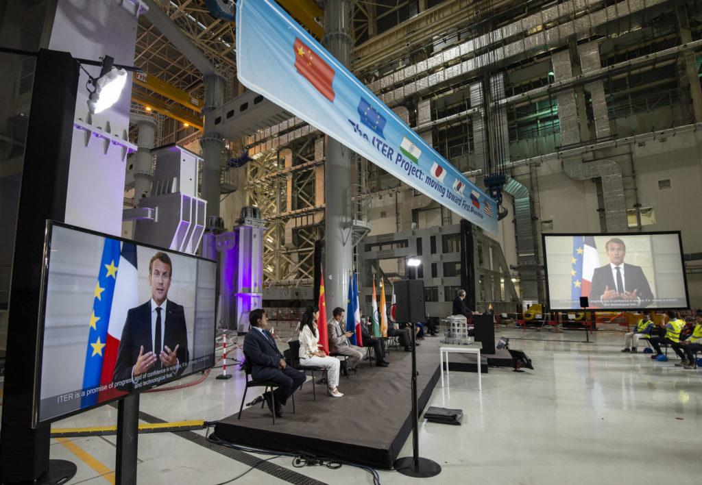 jaderná energie - Ve Francii slavnostně začala montáž reaktoru ITER - Zprávy (Proslov francouzského prezidenta Emmanuela Macrona během slavnostního zahájení montáže reaktoru ITER Zdroj Organizace ITER) 1