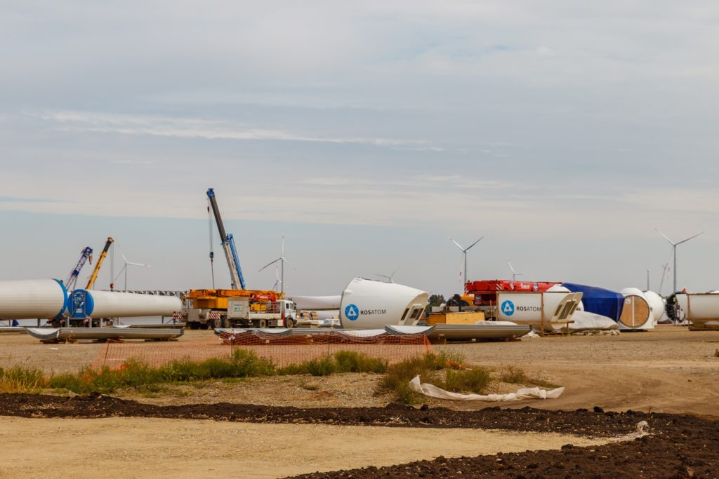 jaderná energie - Rosatom začal stavět další větrnou elektrárnu, Karmalinovská elektrárna bude mít výkon 60 MW - Zprávy (Stavba Adygejské větrné elektrárny společností NovaWind 2500 1) 1