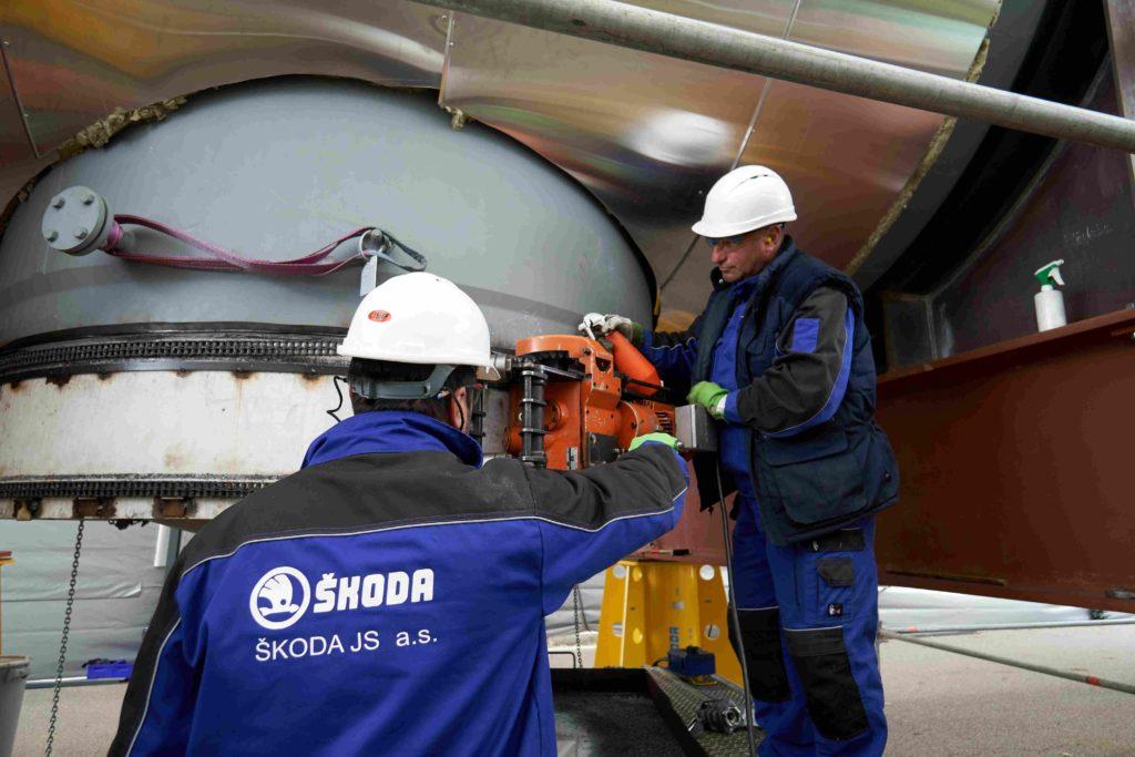 jaderná energie - Výměna separátorů v Temelíně  Klíčový přínos ŠKODA JS - Zprávy (Strojní úpravy potrubí přívodu syté páry na separátoru v areálu JE Temelín odříznutí a zúkosování hrdla 1) 2