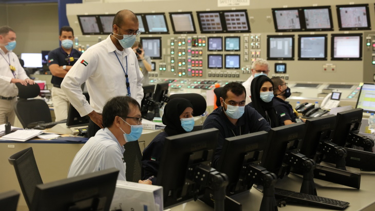 První jaderný reaktor ve Spojených arabských emirátech začal dodávat proud do sítě