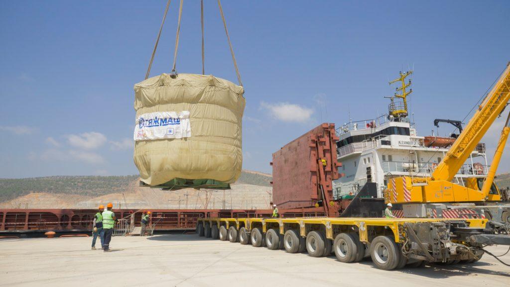 jaderná energie - Do turecké JE Akkuyu byl doručen lapač taveniny pro 2. blok - Nové bloky ve světě (Skládání lapače taveniny z lodi v JE Akkuyu 02 1) 1