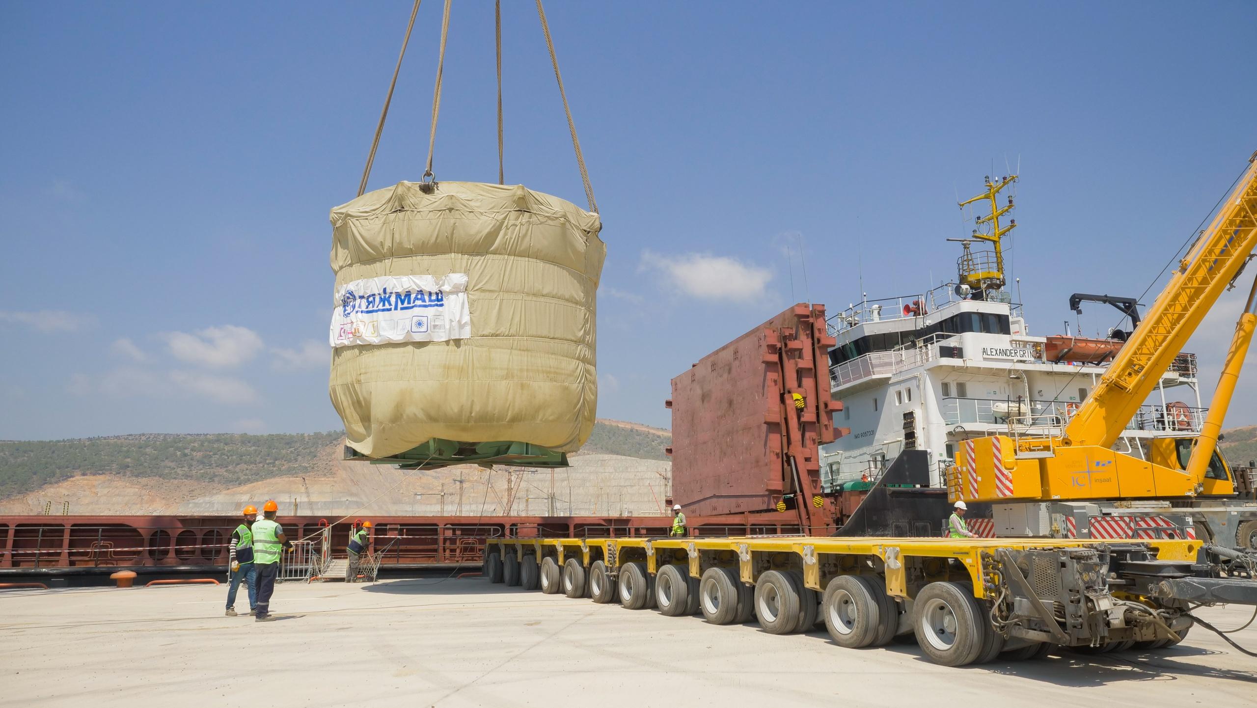 jaderná energie - Do turecké JE Akkuyu byl doručen lapač taveniny pro 2. blok - Nové bloky ve světě (Skládání lapače taveniny z lodi v JE Akkuyu 02 1) 4