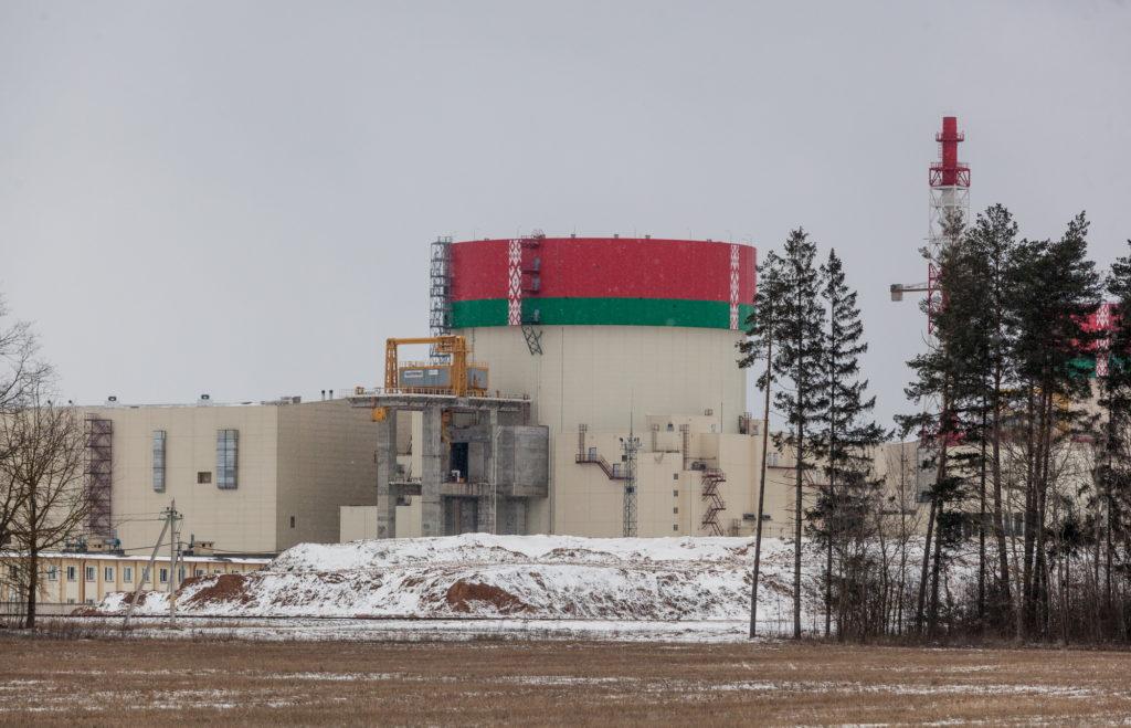 2. blok Běloruské jaderné elektrárny. Na fotce je vidět hermetický průchod, kterým se palivo dostává na reaktorový sál. (Zdroj: Belatom)