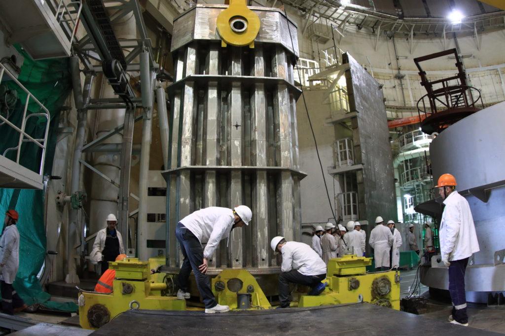 Polární jeřáb zvedá kontejner s imitátory po průjezdu hermetickým průchodem. (Zdroj: ASE, Arkadij Suchonin)