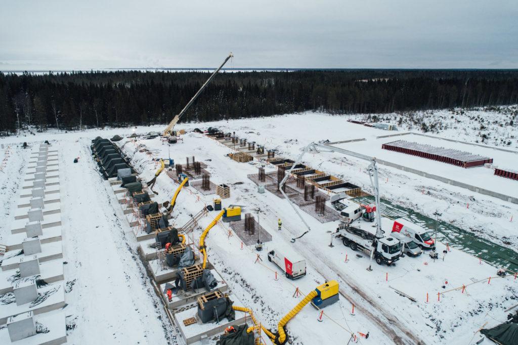 Práce na staveništi v Hanhikivi probíhají i v zimě. (Zdroj: Fennovoima)