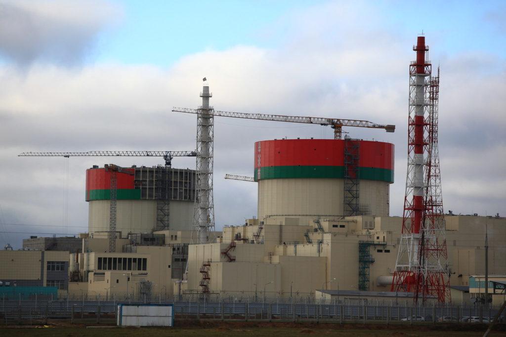 Dva bloky Běloruské JE, které jsou postupně uváděny do provozu.
