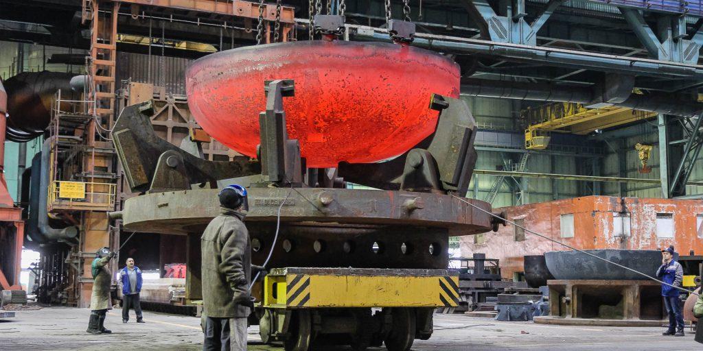 Dno reaktoru se osadí tepelnými senzory a převeze se k dalším výrobním krokům. (Zdroj: Rosatom)