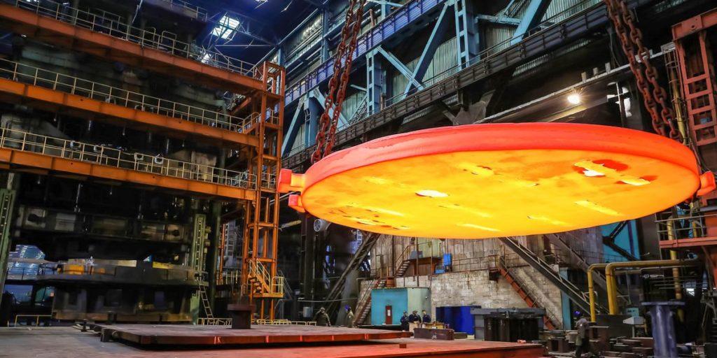 Polotovar pro výrobu poloeliptického dna reaktorové nádoby VVER ve výrobní hale společnosti Atommaš. (Zdroj: Rosatom)
