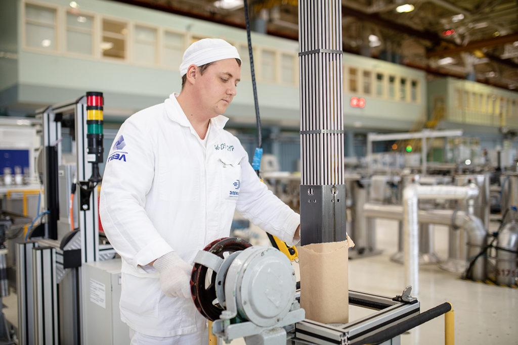 Výroba palivové kazety pro reaktor VVER-440. (Zdroj: TVEL)