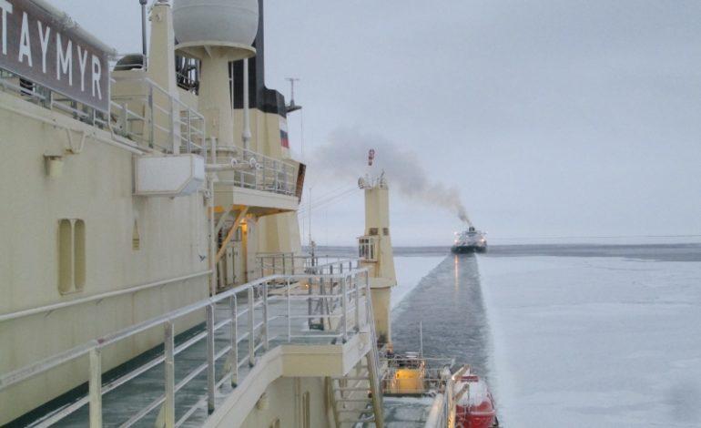 jaderná energie - Rosatom plánuje zkrátit o 20 % délku přepravy nákladů po Severní mořské cestě - Jádro na moři (Tanker nasleduje jaderny ledoborec Vajgac pri plavbe zamrzlym morem 1) 2