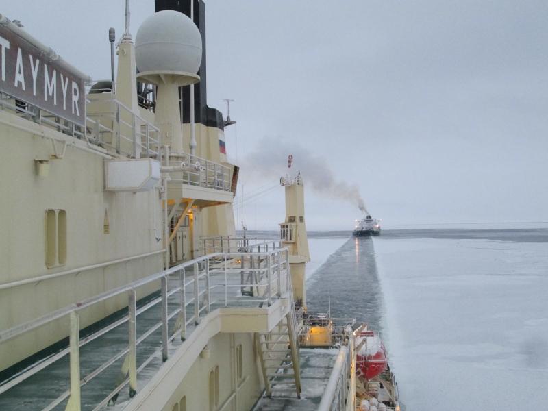 Tanker následuje jaderný ledoborec Vajgač při plavbě po Severní mořské cestě. (Zdroj: Rosatom)