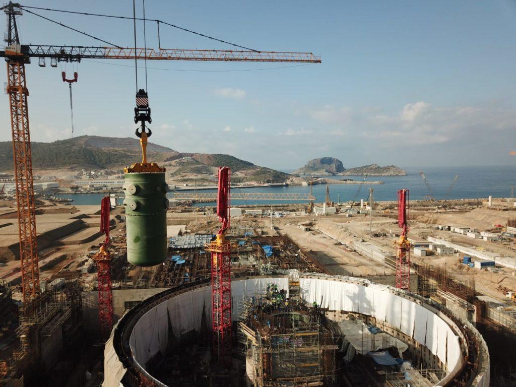 Montáž reaktorové nádoby do 1. bloku jaderné elektrárny Akkuyu. (Zdroj: Rosatom)