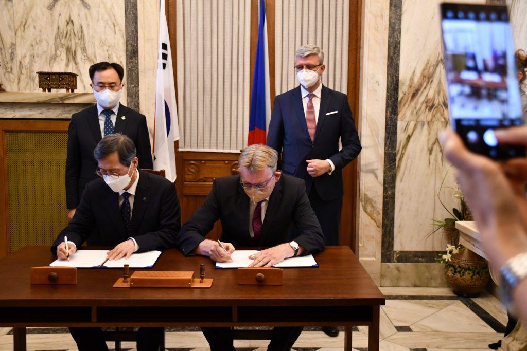 Podpis memoranda mezi Aliancí české energetiky a KHNP. (Zdroj: MPO)