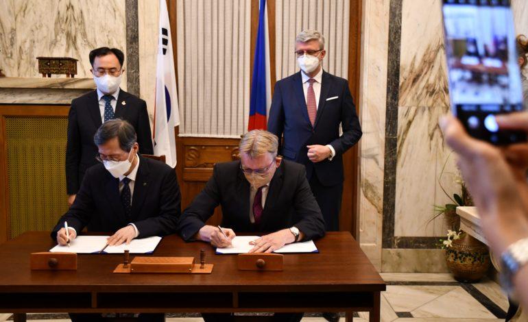 jaderná energie - KHNP podepsala memorandum s Aliancí české energetiky - Nové bloky v ČR (Podpis memoranda Aliance ceske energetiky M.Simonovsky) 2