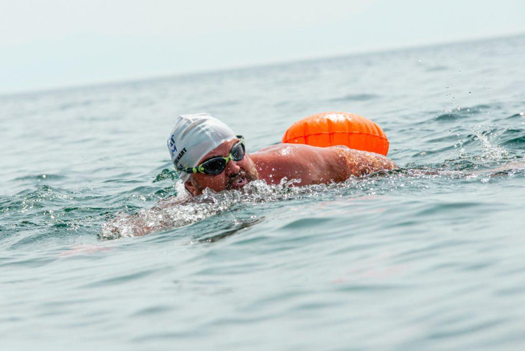 Francouzský plavec Steve Stievenart ve vodě Bajkalského jezera. (Zdroj: Rosatom)