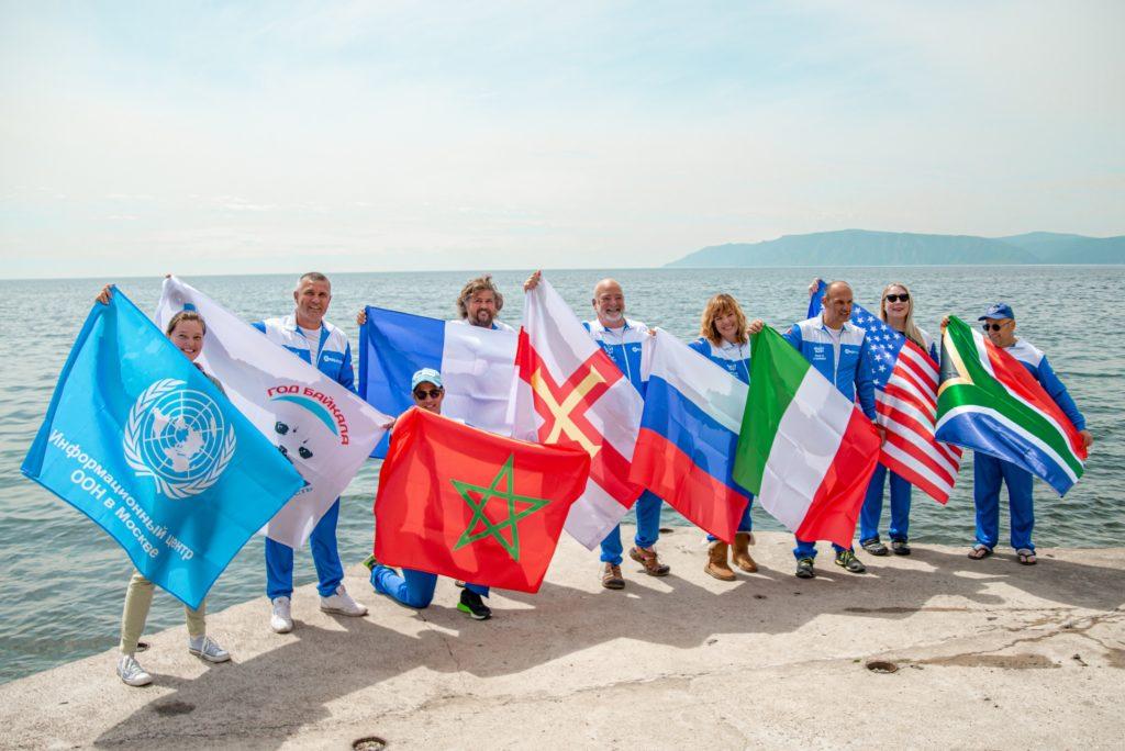 jaderná energie - Plavci urazili 70 km ve studené vodě Bajkalského jezera - Životní prostředí (Vetsina plavcu a plavkyn s vlajkami zucastnenych zemi 2560) 1