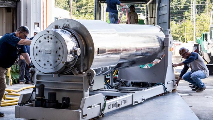 jaderná energie - Tolerantní palivo od Westinghouse kráčí ke schválení - Palivový cyklus (Westinghouse irradiated ATF arrives at ORNL June 2021 ORNL) 2