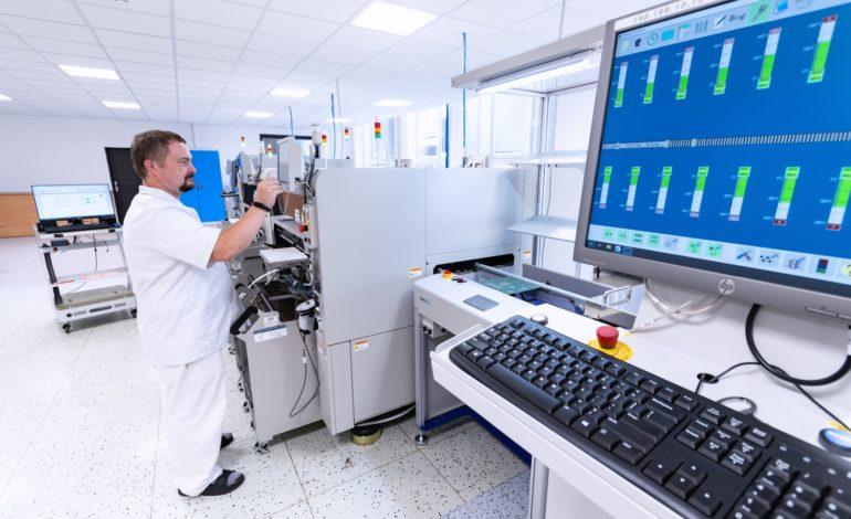 jaderná energie - ZAT v pandemii nasmlouval zakázky za 800 milionů korun - V Česku (detail nove plne automaticke linky SMT3 m 2560) 1
