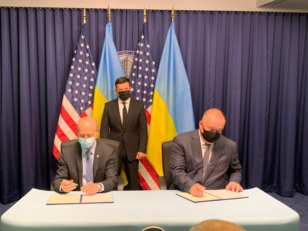 Patrick Fragman, prezident a generální ředitel společnosti Westinghouse, ukrajinský prezident Volodymyr Zelensky, a Petro Kotin, prezident NNEGC Energoatom. (Zdroj: Westinghouse)