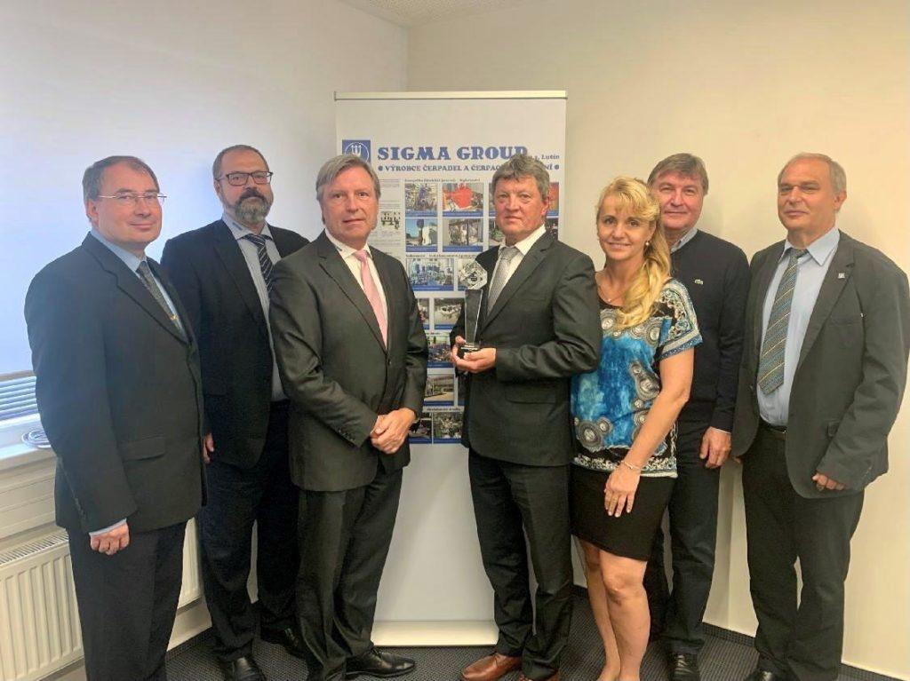 Předávání certifikátu zástupci TÜV NORD představitelům SIGMA GROUP. (Zdroj: Sigma Group)