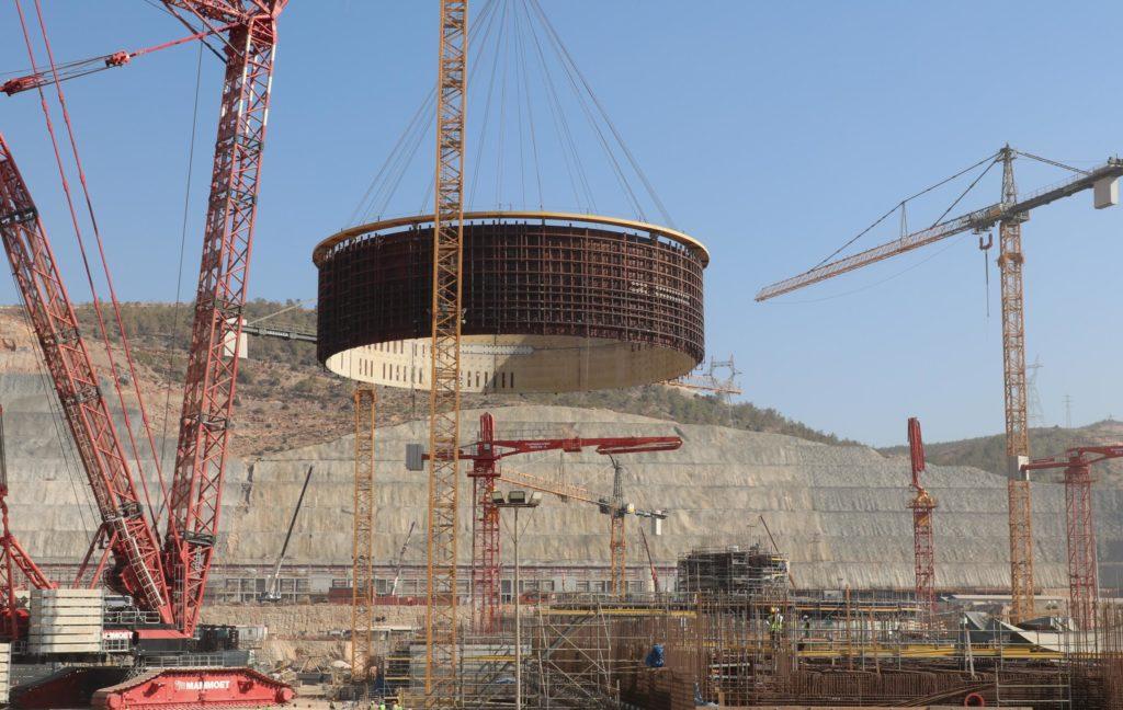 Usazování druhého prstence vnitřního kontejnmentu na místo v JE Akkuyu. (Zdroj: Rosatom)